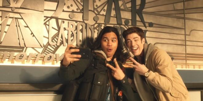 The-Flash-Earth-2-Cisco-Barry-Selfie