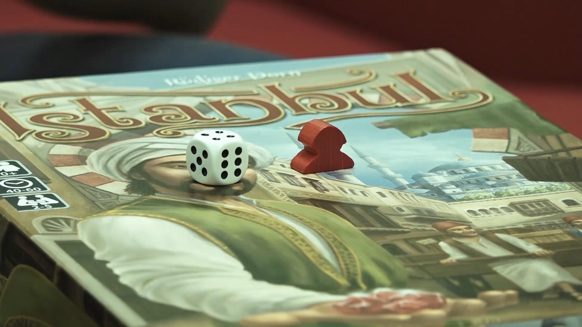 Čo znamená, ak je v hre kocka? A čo, ak sú tam drevené komponenty? (Foto: PoP-Cult Magazín)
